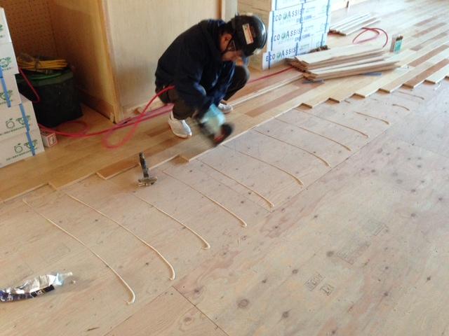 統合中学校新築工事、フローリング捨て貼り釘打ち工事