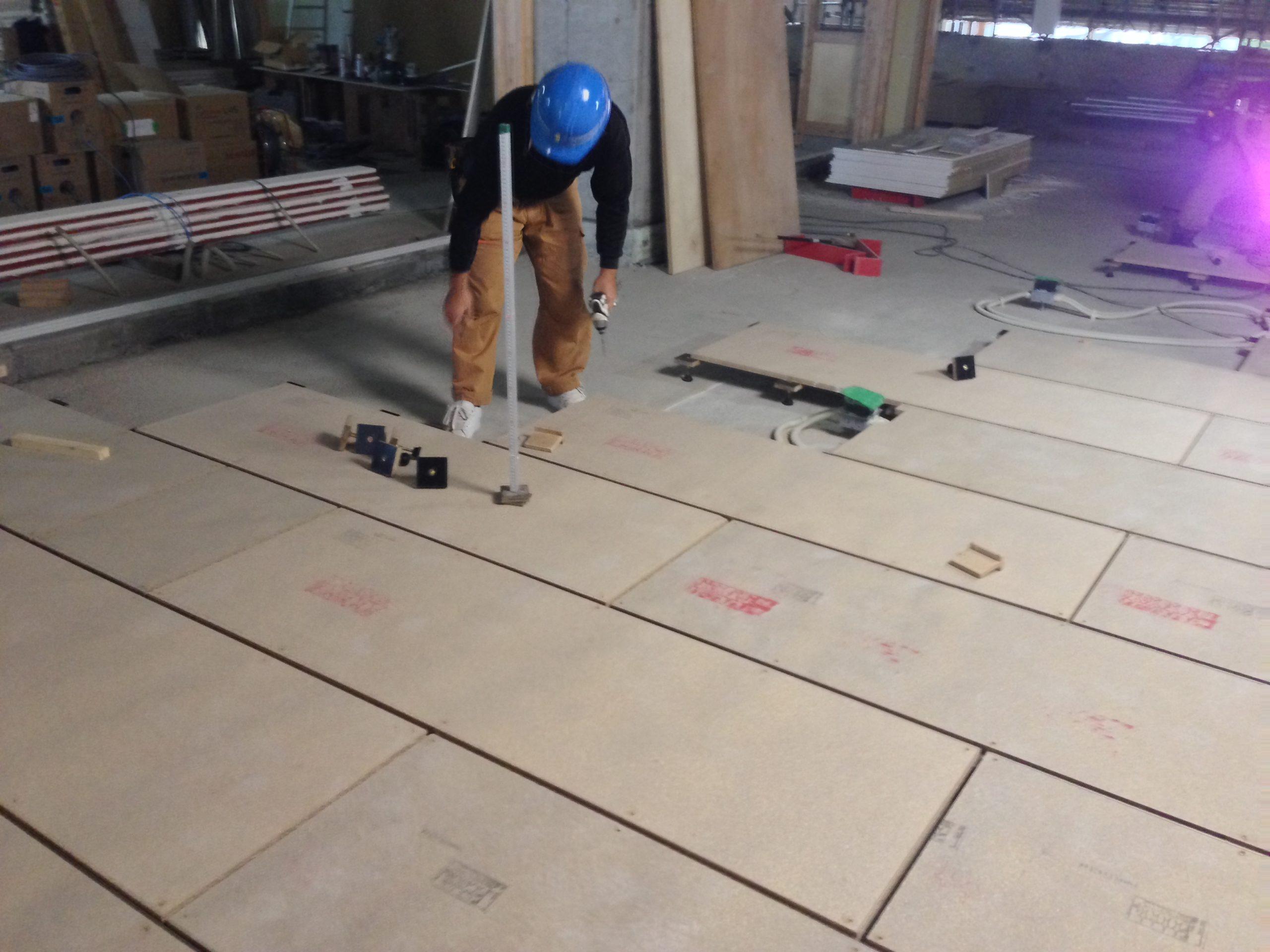 小中統合学校新築工事、置床・乾式二重床工事