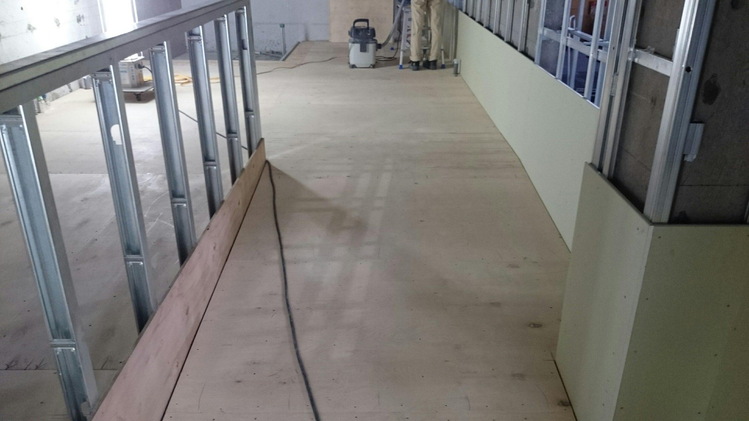 センター内室内及び廊下スロープ鋼製床下地組み工事