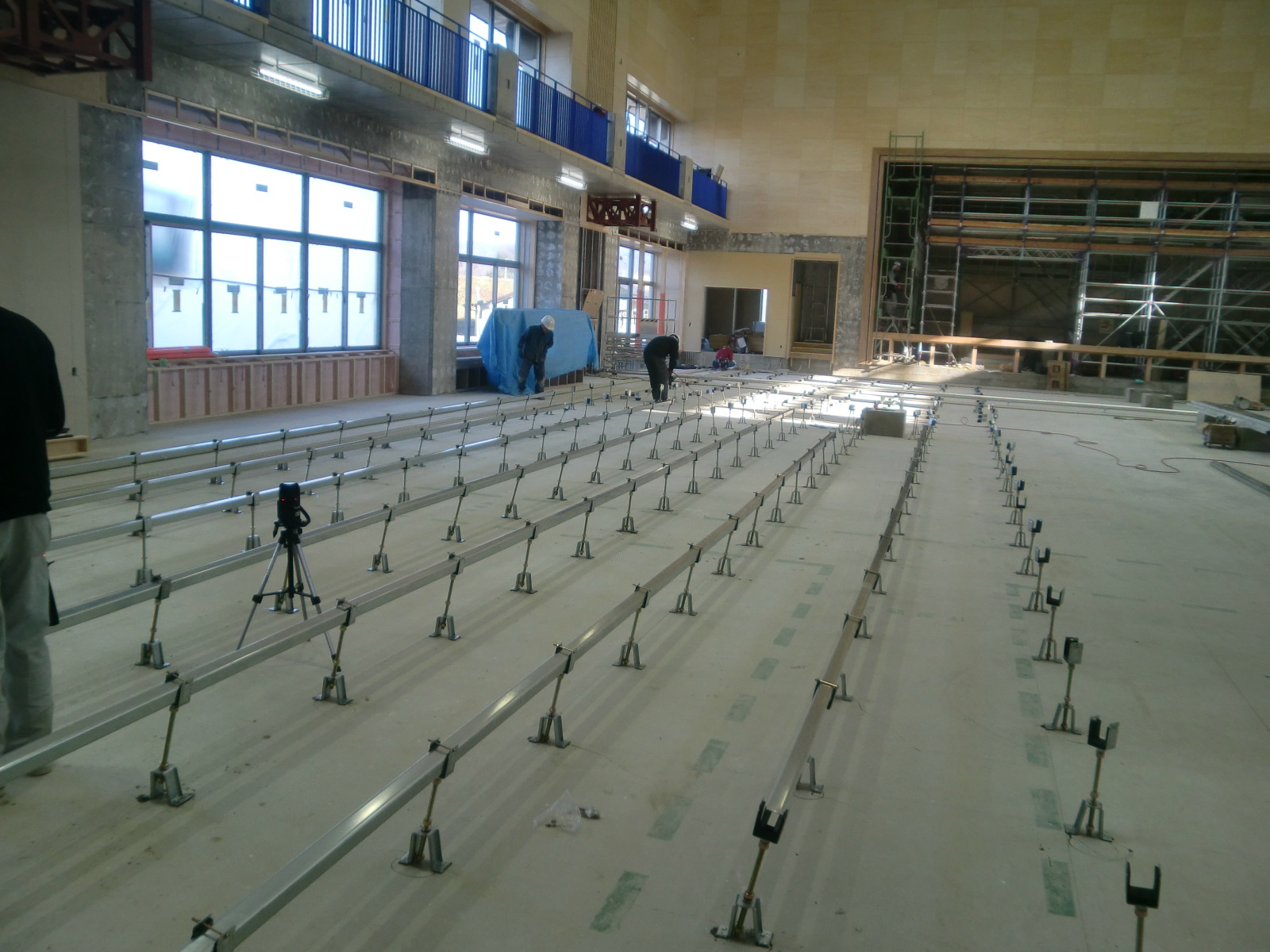 体育館組床式鋼製床下地施工