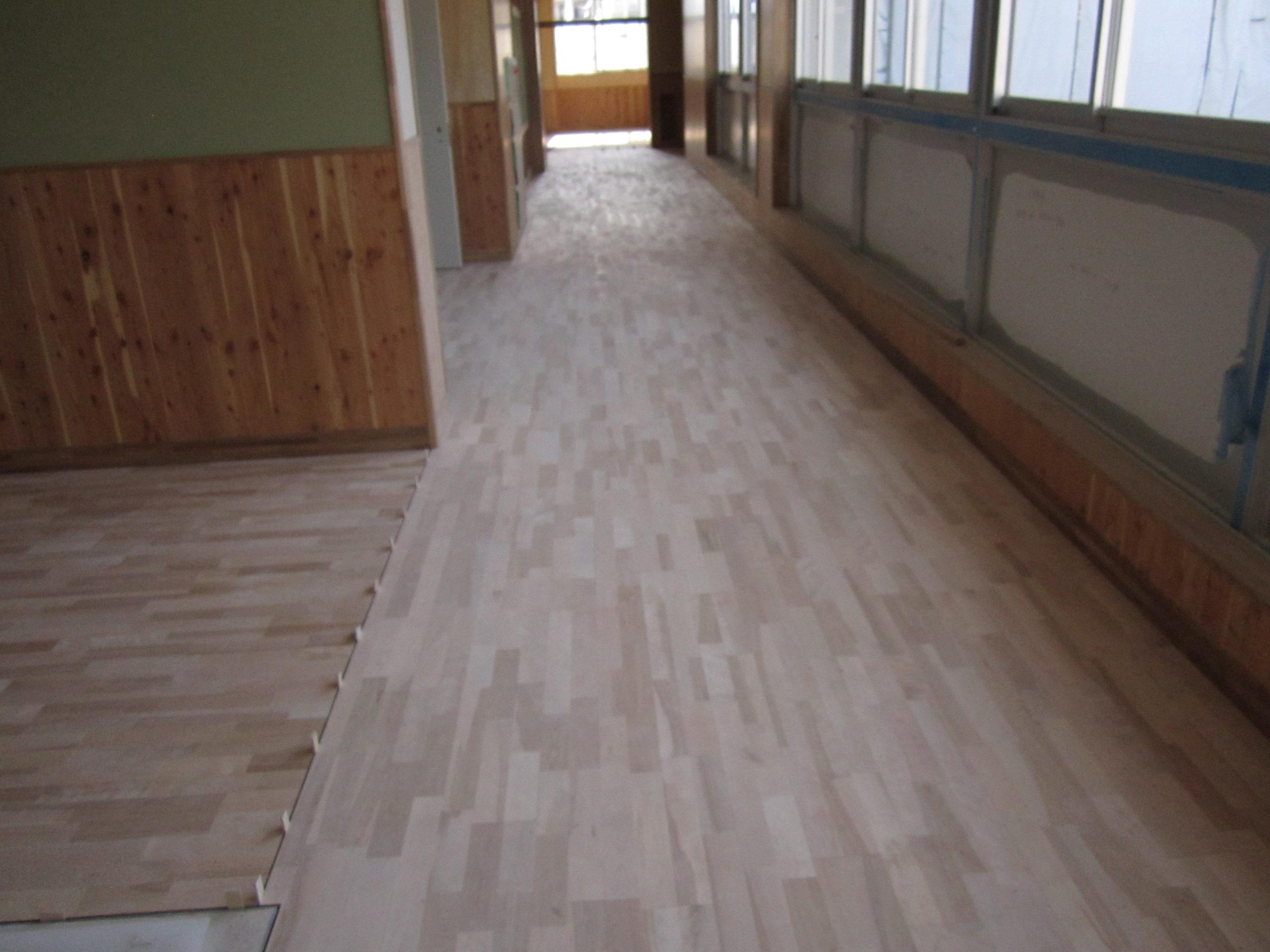 中学校新築工事に伴うフローリング直貼り施工