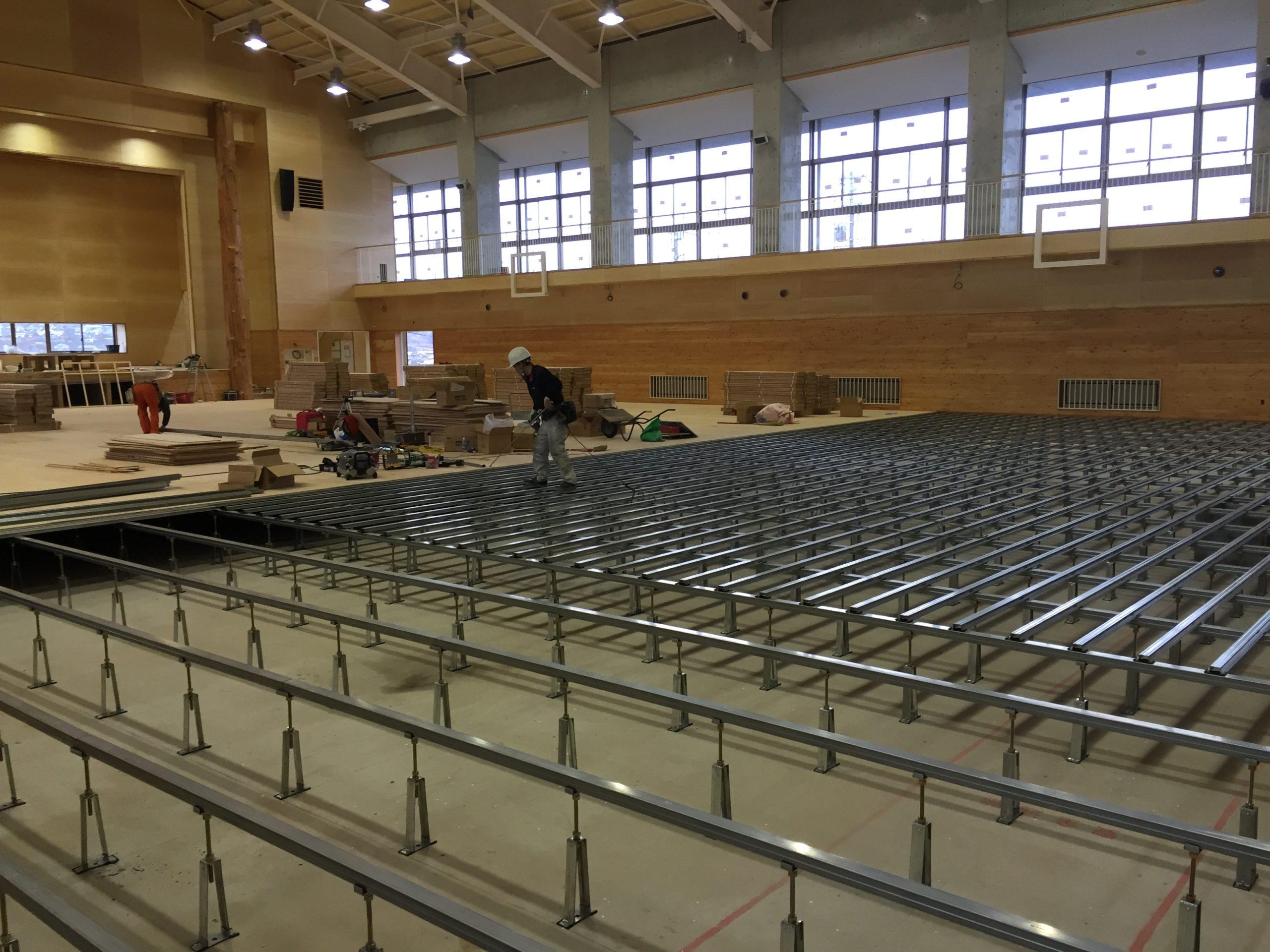 統合集学校体育館新築工事、鋼製床下地組み、フローリングフロア特殊張り工事