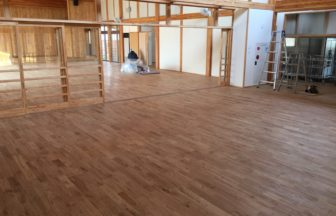 中学校新築工事に伴う置床・乾式二重床、針葉樹合板捨て貼り、フローリング根太張り工事