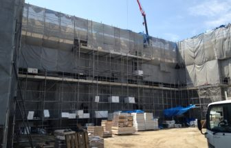 校舎棟新設工事、フローリング直貼り工事