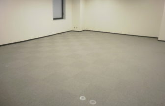 事務所床改修工事、溝配線置き敷式OAフロア施工及びスロープ設置作業
