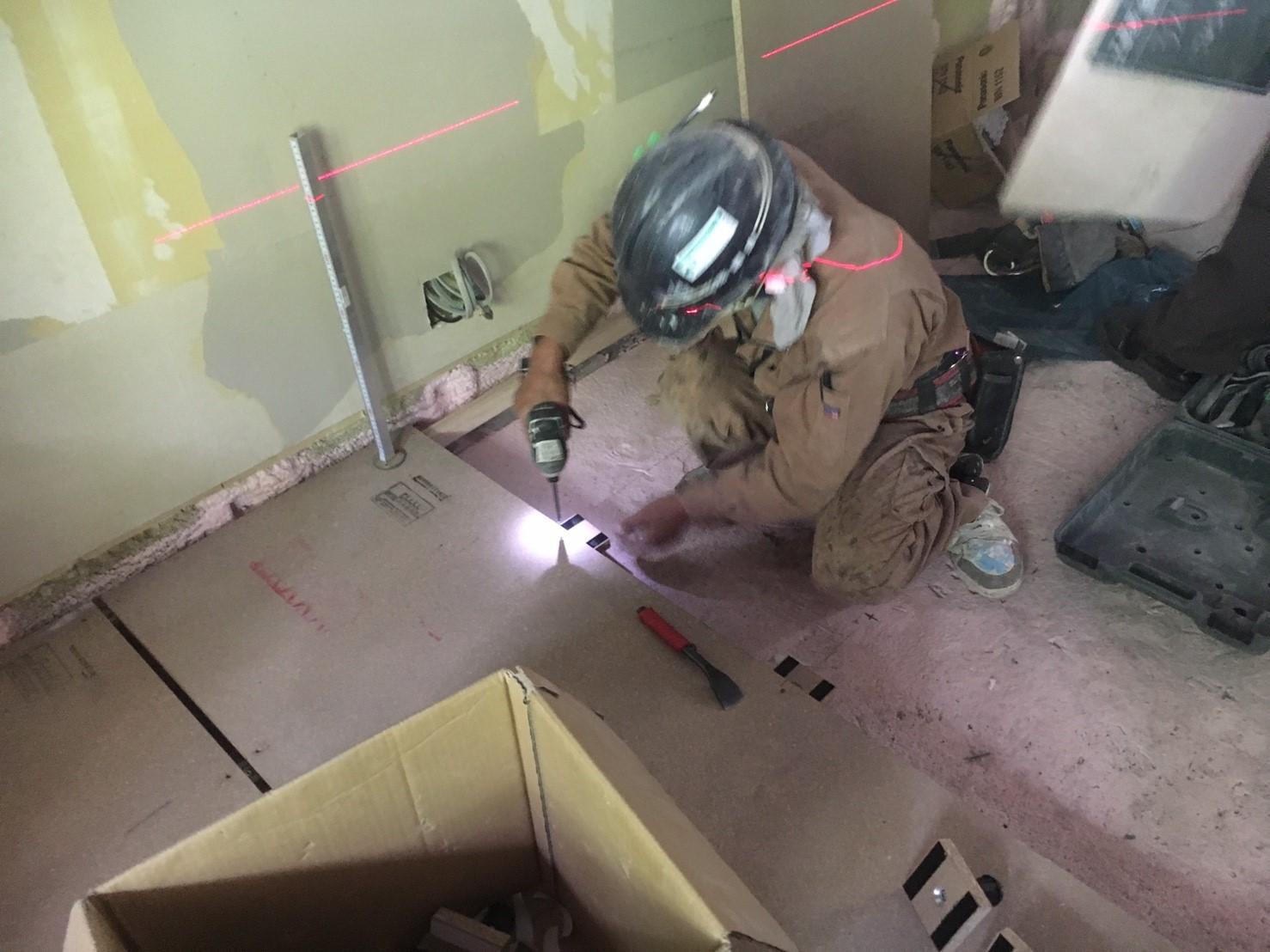 コテージ改修工事、乾式二重床、フローリング張り施工