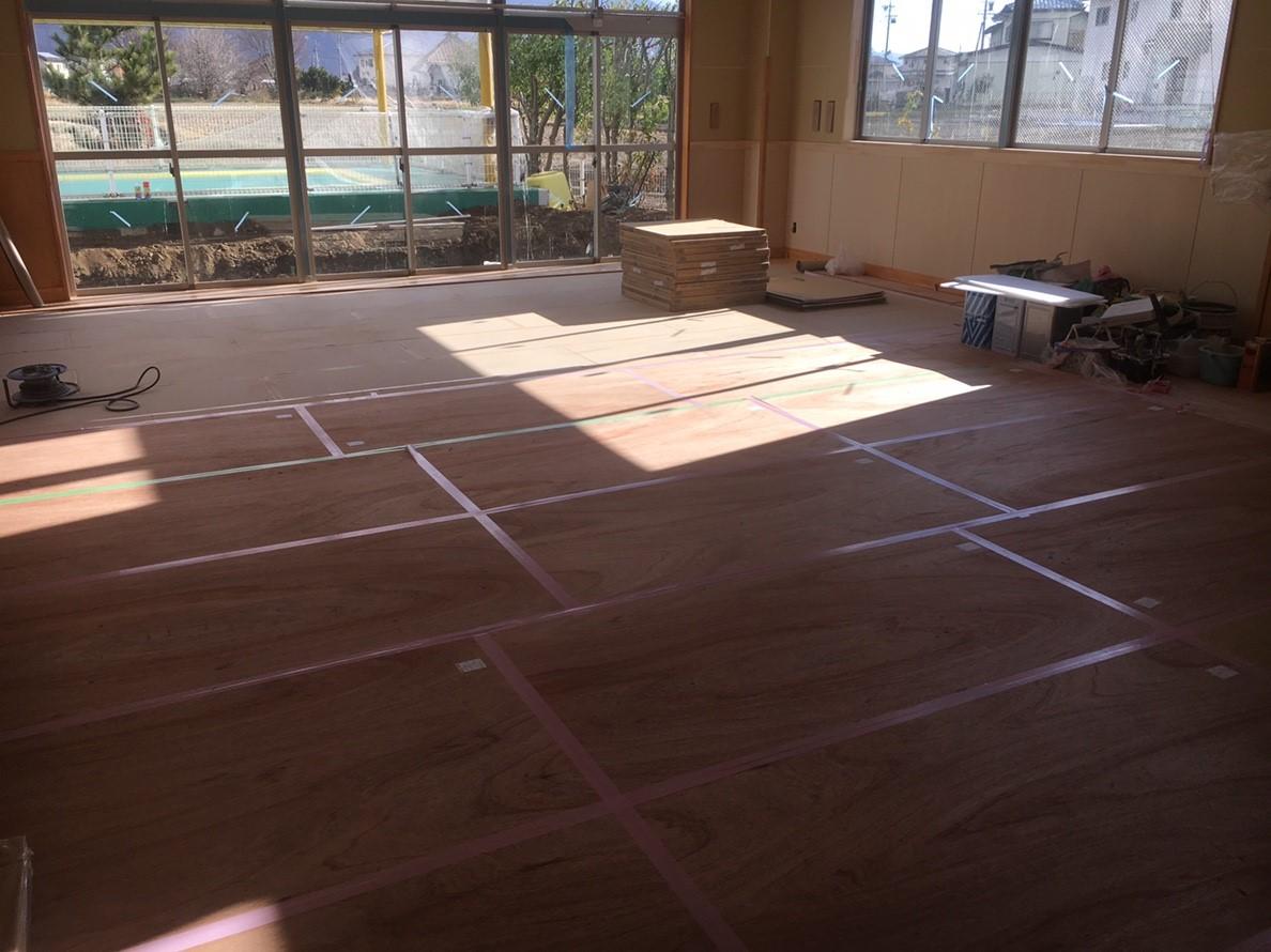 保育園未満児室増築工事、置床・乾式二重床及び捨て貼り、フローリング根太張り工事
