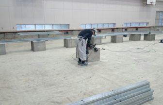 中学校体育館改修工事、鋼製床下地組、スポーツフロア床工事一式