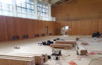 高等学校体育館床工事、鋼製床下地、捨て貼り、フローリング特殊張り、床研磨塗装、スポーツコートライン引き、ポリウレタン樹脂塗装