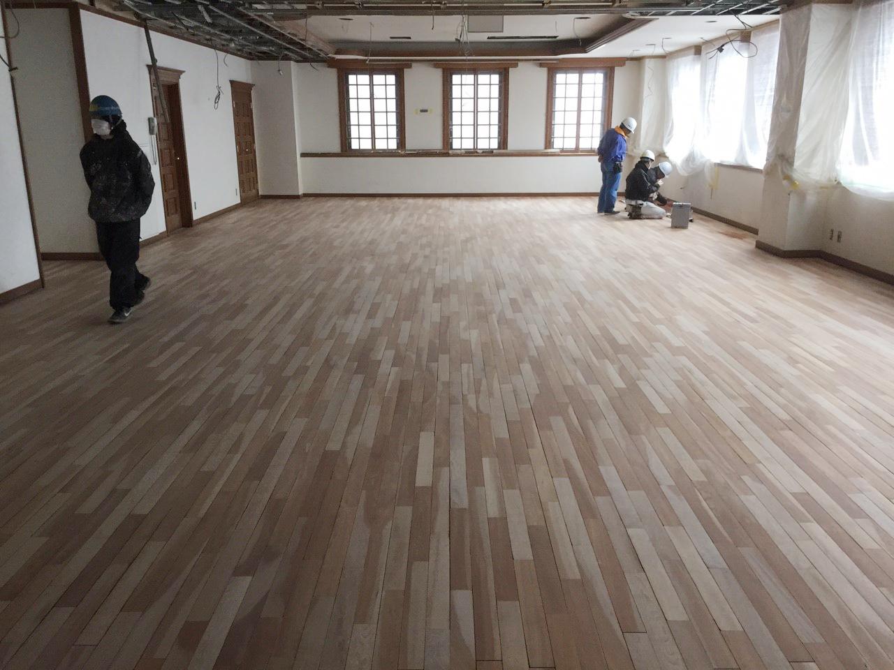 食堂ホールフローリング、サンディング再生工事