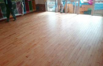 保育園床改修工事、置床・乾式二重床、複合フローリング釘打ち工事