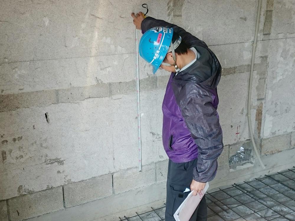 置床・乾式二重床、フローリング施工前、使用支持脚確認作業